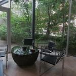 あうら - 開放的なスタイリッシュな空間♪御影石のテーブルは石彫刻家国島征二さん作。