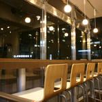 食人 - イートインスペースが13席ございます。
