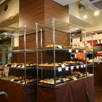 食人 - 店内には焼き立てのパンが随時並んでいきます。