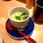 やま輝 - おまかせ10貫にぎり(3,500円)には茶碗蒸しと赤出しがついてきます。出汁もやわらかい茶碗蒸しは固さも少し柔らかめでやさしいです。