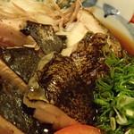 鯨海 - カツオのタタキとウツボのタタキ盛り合わせアップ