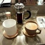 29871857 - スペシャリティーコーヒーはフレンチプレスで(お隣は通常のコーヒーです)