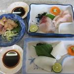 29883448 - ショーケースから取ったサワラの刺身、イカ刺し、子イカの天ぷら。
