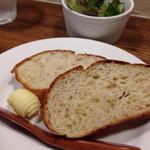 シェーブル - 自家製全粒粉パンとミニサラダ
