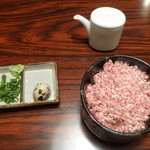29887252 - 牛とろ丼、薬味、醤油