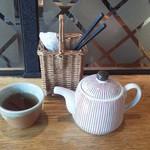 29888862 - 味噌が炙られる香りをかぎながら茶を飲んで待つ。