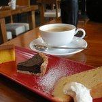 cafe-dining Kan-KURA - セットの「デザート盛り合わせ」とホットコーヒー