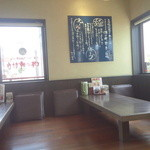 味の時計台 - カウンター、テーブル席、小上がりの座敷の構成。