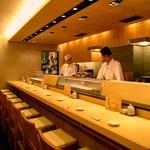 江戸前がってん寿司 - 活気あるカウンター席