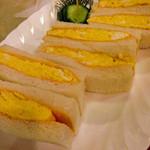 モカ - たまごサンド(卵焼きをサンドするのは関西風なのだとか。フワフワの卵にほんのりケチャップがグー!)