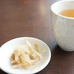 中国料理・珍 - 料理写真:漬け物と冷たいお茶が出てきます