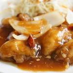 中国料理・珍 - 醤油で煮込まれたカキに、ピリ辛案が掛かっています、カキは6粒入っていました(サラダ添え)