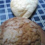 2993206 - 「メロンパン」と白い「クリームパン」