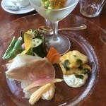 29938700 - (奥)スモークしたホタテとマグロとアボガドと枝豆のジュレ(右)スズキのフリット?バジルとタルタルソース(左)鎌倉野菜と自家製ハム