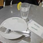 SHUTTERS - カフェ・テーブルでスペアリブ?