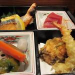 義経 - 定食は刺身、煮物、焼き物、天婦羅と日本のレストランと比べても劣らない立派な内容です。