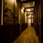 豚組 しゃぶ庵 - この廊下を進んだ先に、個室が並んでいます。
