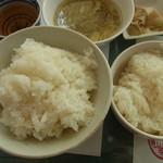 城北飯店 - 2014年4月 右が陳麻婆豆腐ランチのご飯、左がふかひれつゆそばランチのご飯、共におかわりOKだよ!