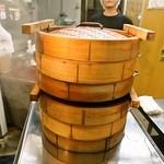 長崎ぶたまん 桃太呂 - 蒸し器で蒸されてます