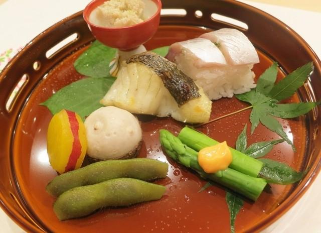 みつ林 - (焼八寸)蛸の子、九州産鯖の腹の部分のお寿司、鱸の山椒あぶら焼、アスパラの黄身酢かけ、丹波産枝豆の夏頭巾、絹かつぎ、さつま芋のレモン煮。