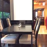 あつた蓬莱軒 - モダンなテーブル席。