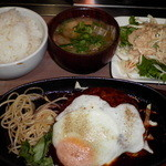 トコナツ屋 - ハンバーグ700円。ライス、サラダ、味噌汁食べ放題