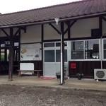カフェ コトリ - 駅改札の横に店舗入口があります。
