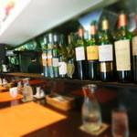 29965935 - カウンターにはインテリア代わりのワインボトルが並ぶ。