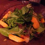 29967028 - 緑の葉野菜と季節のフルーツのサラダ(850円)