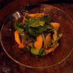 29967032 - 緑の葉野菜と季節のフルーツのサラダ(850円)