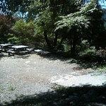 長尾茶屋 - テラス席は実に雄大で公園レベルの広さ。