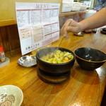 29977722 - 焼けた石椀の麺に上から具材&スープを注ぎ混ぜ混ぜ。
