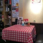 香港食館 - 洋食屋さん風のチェックのテーブルクロスのテーブルもあります