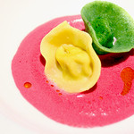 リストランテ マツオ セッテルーリオ - ムラサキビーツのズッパに浮かべた二色のトルティーニ