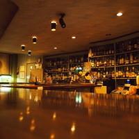 カクテルバー SunBridge - バックバーに700本以上の洋酒をそろえ、伝統のカウンターを引き継ぐ店内。