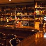 カクテルバー SunBridge - バックバーには所狭しと洋酒が並びます。