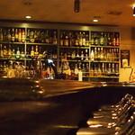カクテルバー SunBridge - 奥のカウンターサーバーよりプレミアムモルツ生ビールをご提供。