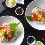 徳弥 - 右上:徳々海鮮丼、左下:海鮮上生ちらし