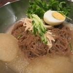 韓国旬菜ハル - 麺は細めで具はシンプル。量は結構多いです。