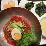 韓国旬菜ハル - ビビン冷麺1100円。甘辛いタレにまぶされています。