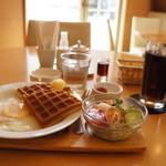 神戸ワッフル&カフェ - 料理写真:A~Dまで4種あるモーニングのセットの中の、Cのハーフワッフルサラダ&ベーコンエッグ&デザート450円です、ドリンクはアイスコーヒー