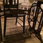 グテ - 私の座ったテーブルはミシン台♥︎面白い〜♫