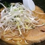 壱蔵家 - 家系で味噌は珍しいですが、トッピングも珍しく白髪ネギ