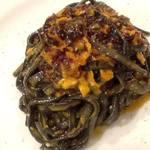 イルチッチォーネ - 生うにと赤海藻、トロペア赤玉ねぎのソース 冷製 イカ墨を練りこんだタリオリーニ。  夏本番の生うにをたっぷり使った、濃厚でトロッとしたソース。  赤海藻と赤玉ねぎは、わざと乾燥モノを使ってソースを吸わせるように戻します。  プリっとした生パスタのタリオリーニは イカ墨を練り込み旨味と海の香りを引き立てます。 口当たりも楽しい一皿。