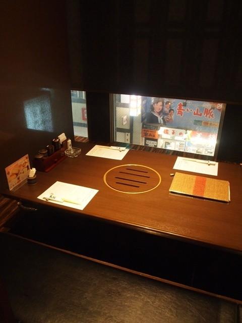 馬桜 下通り店 - 掘りごたつ式のテーブル席