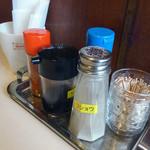 喫茶パール - 「パール」卓上のソース・一味・コショウ・塩