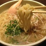 地鶏庵 - そろそろ〆よかってことで鶏塩ラーメン❗️ このスープが奥深くめっちゃ美味いъ(゚Д゚)グッジョブ❤️