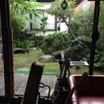茶房 いなだ - 一番奥のソファー席から臨む中庭