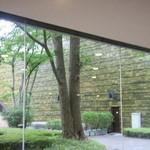カフェ すいれん - 席から眺める中庭の雰囲気