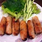 佑佳 - 揚げ春巻き(6本)¥800キュウリや大葉と一緒にサニーレタスで巻き、タレに浸けて食べます